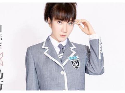 《青春有你2》说唱学员乃万,齐刘海造型面对镜头,撞脸假发王源