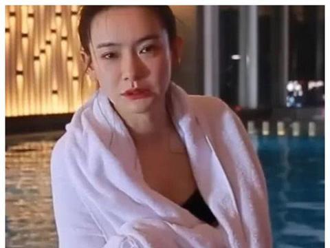 """戚薇""""生理期""""还游泳?当她不小心露出垫的东西,是个女孩就懂"""
