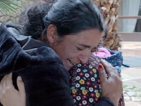 穷苦女子出生时被偷卖美国,25年后带着养父母回国认亲