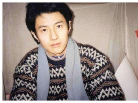 他靠一首歌火遍中国,却抛弃相爱20年妻子,转身娶娇妻女星