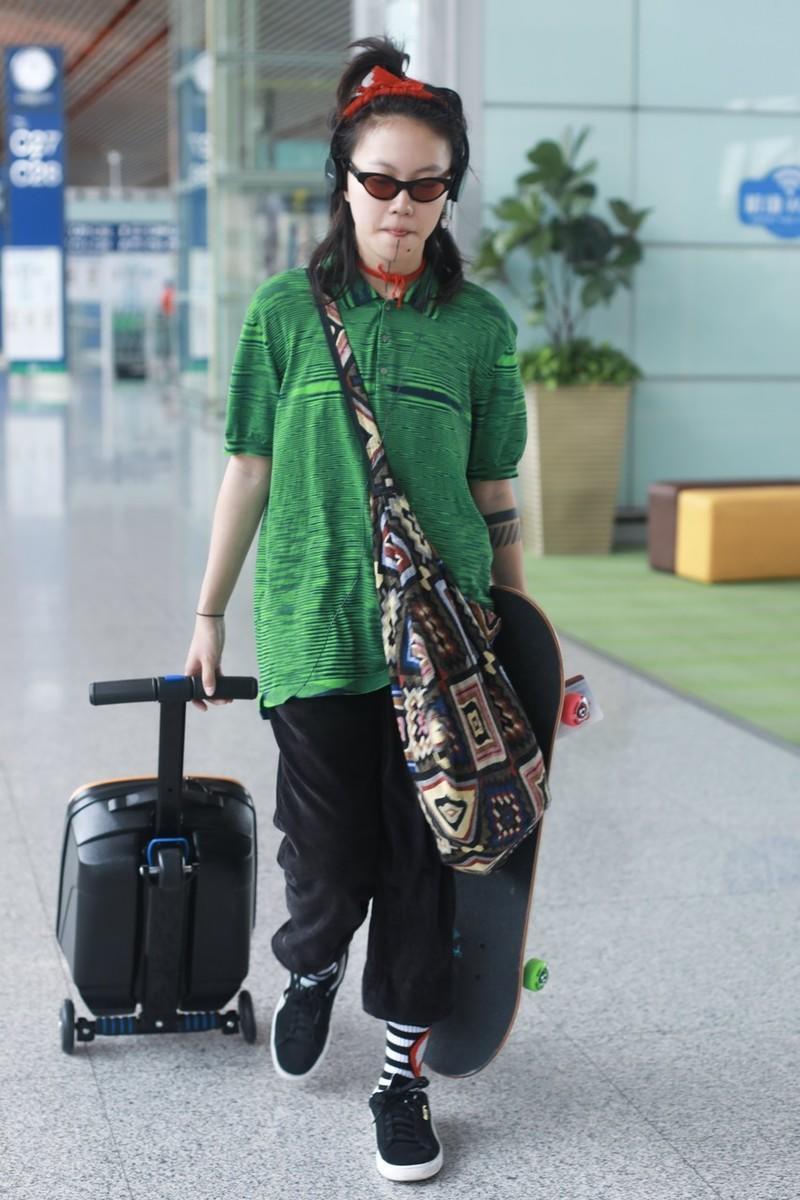 窦靖童这时尚真难懂,绿T恤配黑色长裤太随性,土到极致就是潮?