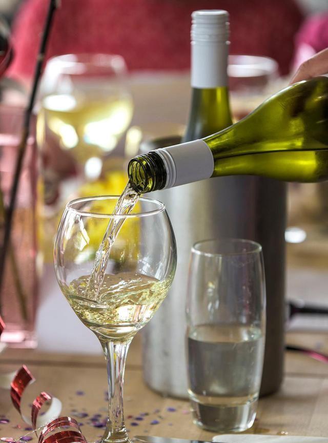 白葡萄酒与红葡萄酒颜色有别,原料、工艺、口感差别也很大