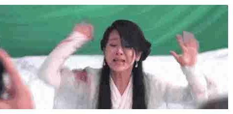 杨紫帮林志玲擦嘴,却偷亲了一口,林志玲反应出了高情商