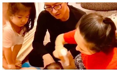 章子怡生二胎后首现身,为儿子亲手剃头,汪峰等等陪伴左右