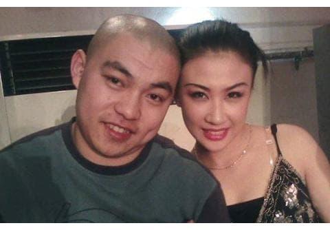 赵本山徒弟37岁大牌不离身,豪宅装修奢侈,古董名酒随处可见