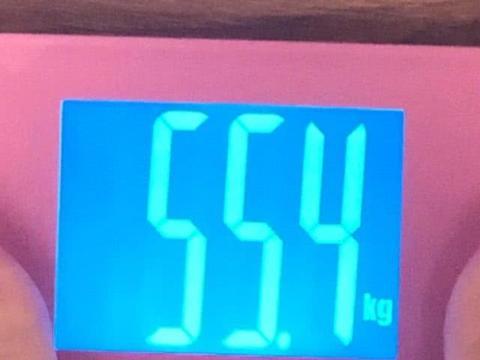 张馨予胖十斤后继续狂吃,看健身教程学不会,做美食却做到手抖