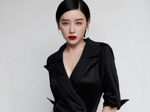 31岁阚清子气质惊艳,黑色西装裙穿出尤物身材,腰臀比绝了