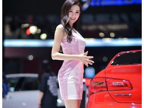 吉利车模漂亮极了,小短裙俏皮可爱,胸前一片好风光