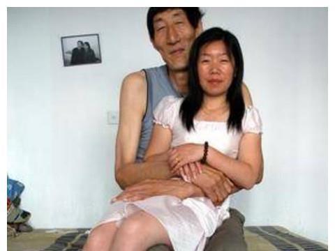 """身高2米36""""中国第一高人"""",57岁执意生子,如今儿子怎么样了?"""