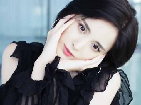 古丽娜扎黑色连衣裙貌美肤白表情呆萌可爱俏皮