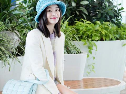 袁姗姗在机场狂秀美腿,可爱圆帽俏皮感十足,马甲线女神名不虚传