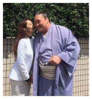 为何身材庞大的相扑选手,会倍受玲珑的日本姑娘喜爱?很现实!