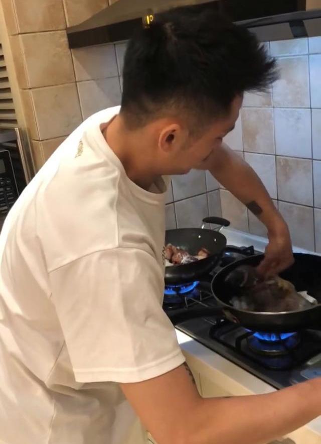 林丹在厨房做饭,谢杏芳和儿子客厅玩耍,看看家庭有多朴素