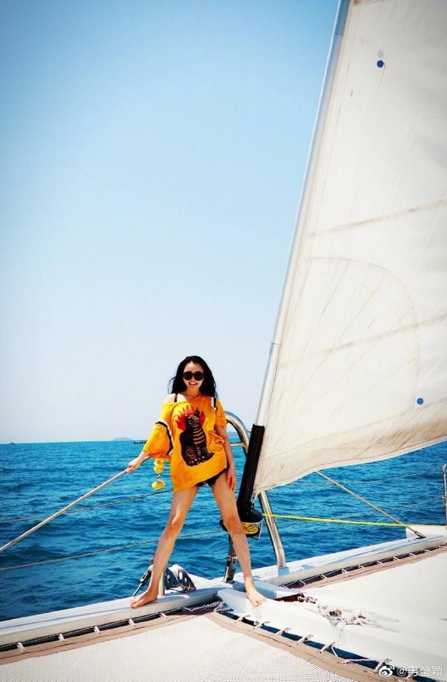 35岁冉莹颖和邹市明出海度假,大玩下衣失踪,身材火辣不似仨娃妈