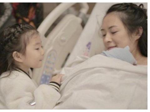 章子怡为儿子剃头手法娴熟,发际线很高惹人疼,汪峰专心看全过程