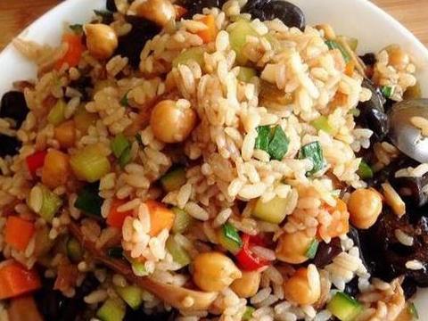 美食推荐:黄金火腿肠蛋炒饭,鱼香茄子煲,香蕉豆沙春卷的做法