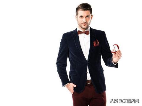 口袋巾,如果选择有花色的,应与领带颜色保持整体的协调关系