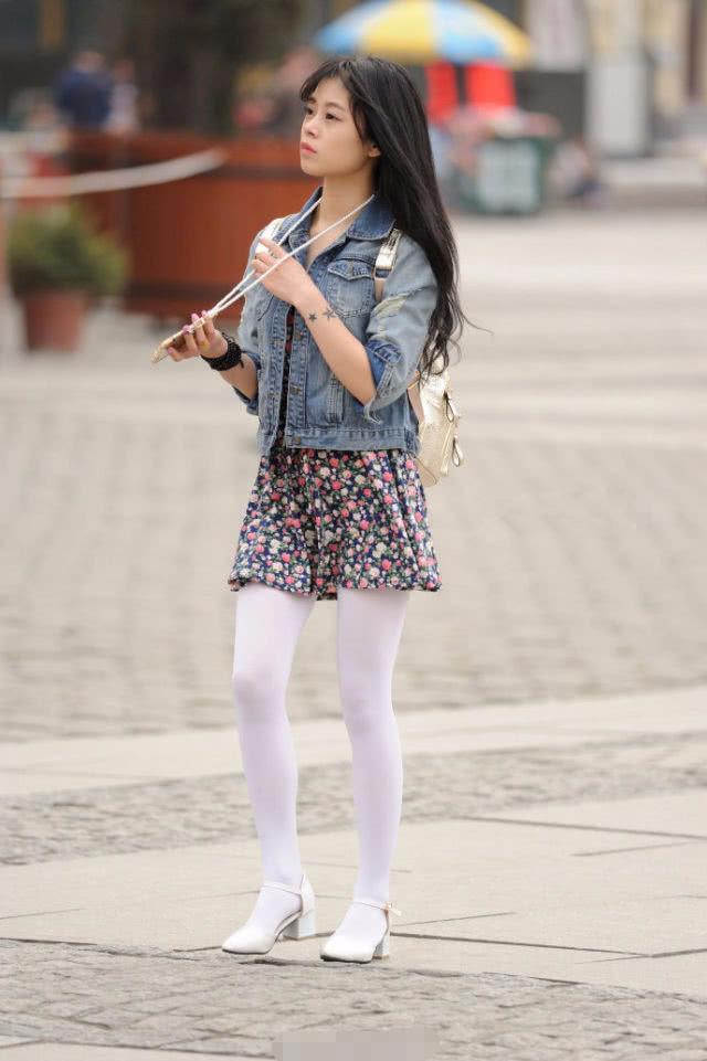 街拍:图1白丝袜美女,牛仔装抢镜了!图5留了赵丽颖很爱