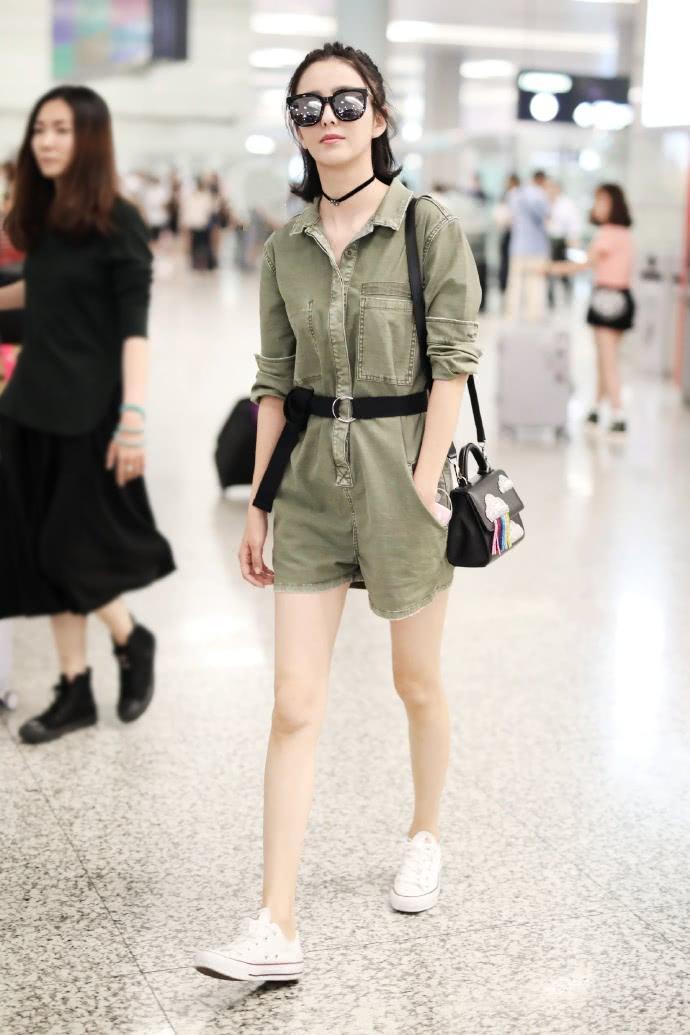 佟丽娅嫌短裤太紧,故意从侧边剪到大腿根,这种穿法还真没见过