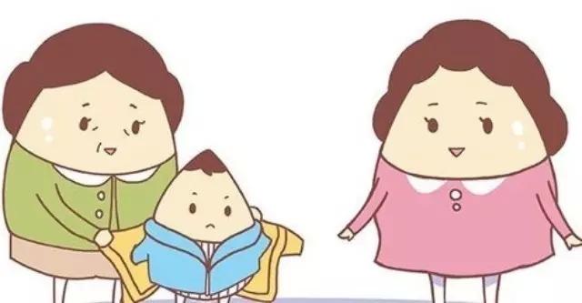 很多妈妈觉着宝贝小,抵抗力差,就给宝宝穿的里三层外三层。岂不知,宝宝火力大,一旦穿多了,一活动更容易出汗,反而更容易着凉,并且降低身体对外界冷热的适应能力。幼儿园一般都供暖,大多温度也都会在18度以上。幼儿园的宝宝一般室内穿纯棉内衣加薄绒或薄棉上衣即可,裤子也是一条纯棉秋裤加薄绒或薄棉裤子。这样宝宝在室内不会太热,户外活动穿上外套也不会太冷。对于怕冷的宝宝,妈妈可以带个薄薄的马甲,室内可以套一下。
