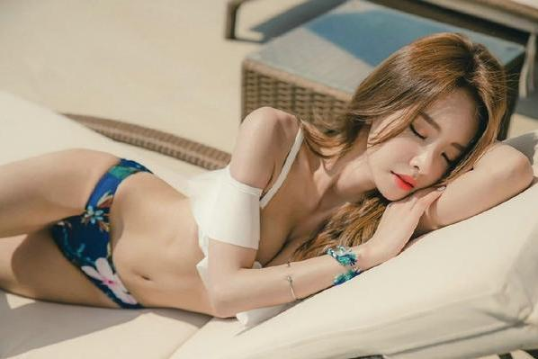 韩国网红比基尼美女性感小蛮腰泳池边诱惑妩媚