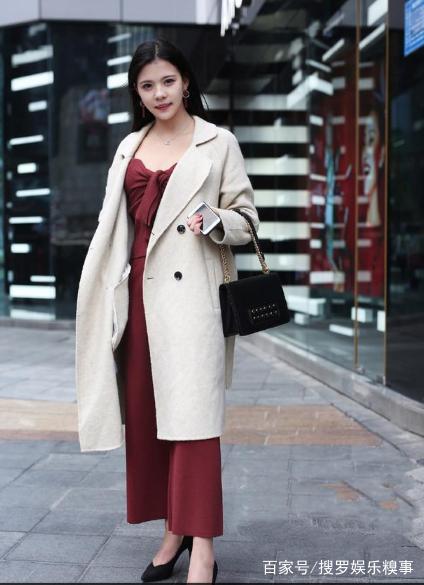 街拍:紧身衣果真是男人的大全,美女最爱有形的凹凸红衣服美女图片图片