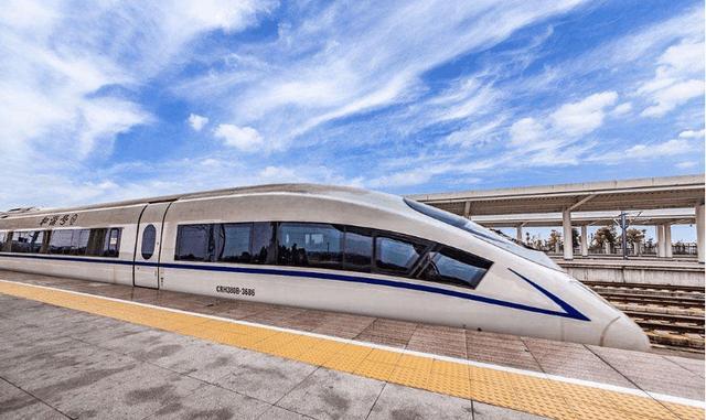 老挝人到中国旅游,坐上中国高铁后,居然做了这个举措