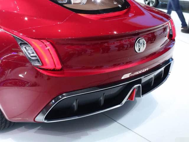 MG e-motion采用了最新的设计语言,前格栅类似奔驰的满天星!