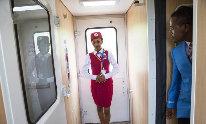 非洲高铁美女乘务员, 礼仪标准笑容迷人
