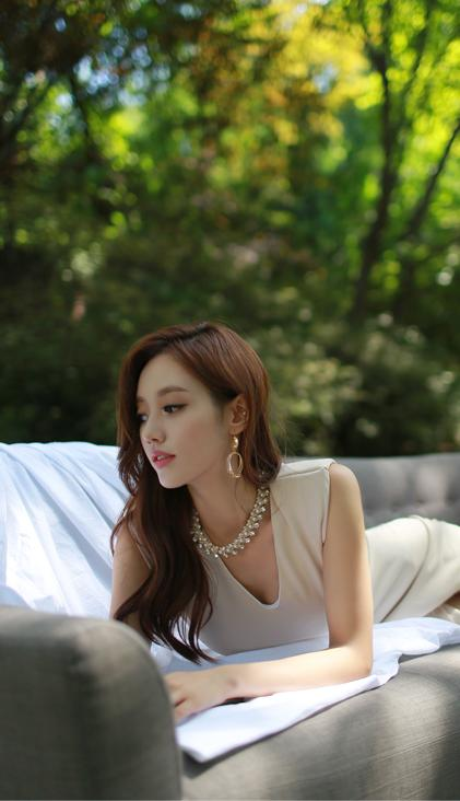 美人美图:孙允珠珍珠项链粉暖色前开口连衣裙