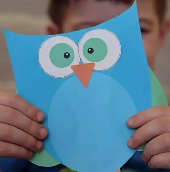 让孩子用剪刀和彩色纸剪出喜欢的造型,可以是小动物,花朵,桃心,也