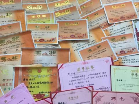 """蔡徐坤展示了""""学霸""""一面, 公开了自己家里保存的""""奖状墙""""图片"""