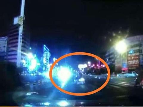广东汕头摩托车狂飙闯灯 撞上小货车 一人飞到货车车斗里