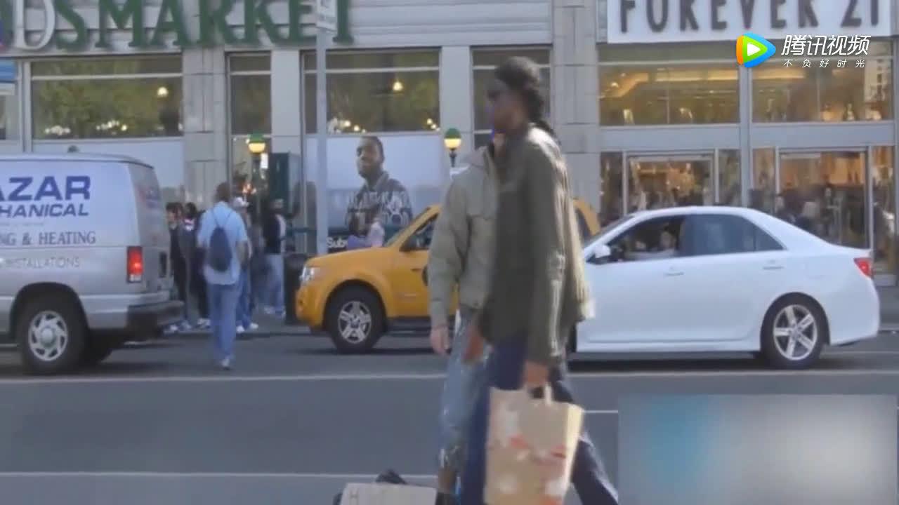 小伙借手机给土豪流浪汉,2分钟后被宾利司机酬谢,打脸冷漠路人  