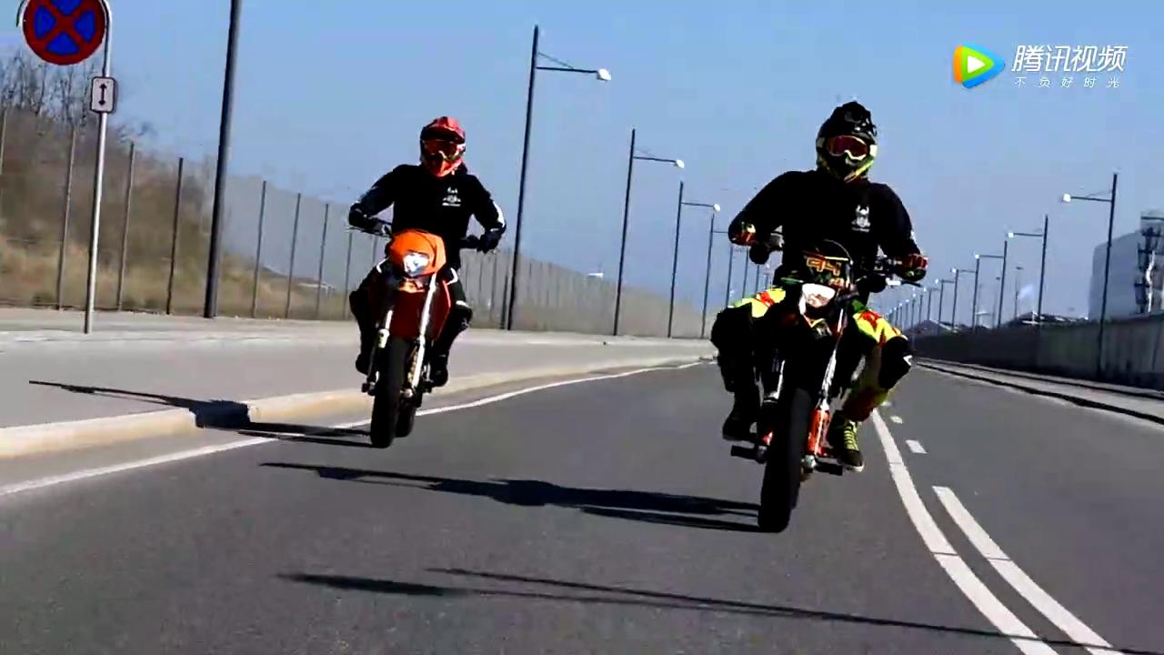 超级摩托车街头狂秀特技,惊艳路人