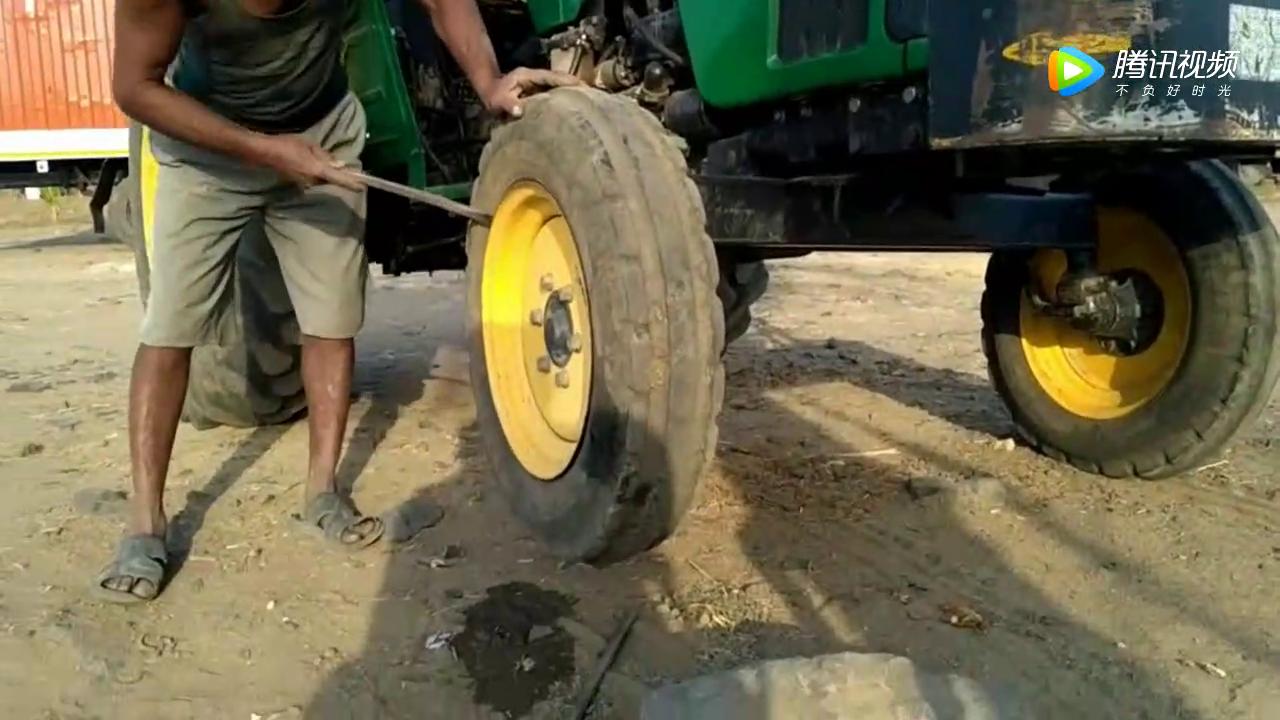 补胎工用老方法修补拖拉机内胎,半天也没有找到轮胎的破洞