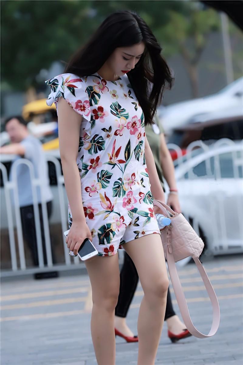 路人街拍,穿拖鞋的大花裙美女,还好反应快不然淑女形象就毁了