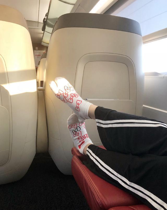 49岁的女神许晴,竟然穿了双这样的袜子,还脱下来当眼罩用