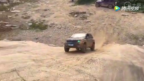 jeep指南者这个小坡都爬不上去 大哈弗H9已经在踢馆的路上