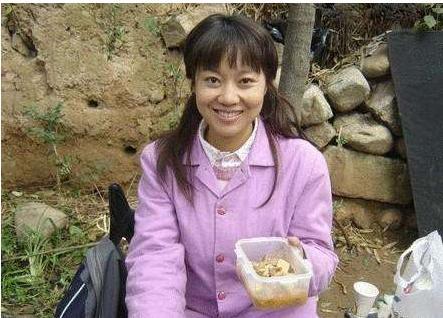 47岁闫妮素颜近照曝光 网友:肤色暗沉又黑又驼!