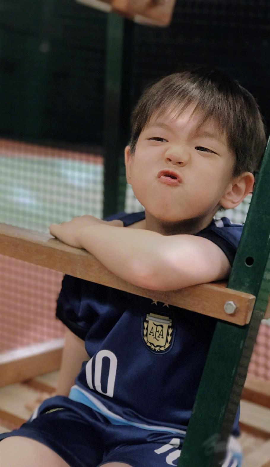 霍思燕国庆节晒嗯哼打网球,嗯哼的大双眼皮又回来啦!
