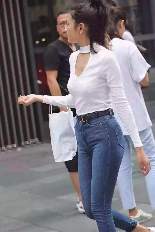 靓丽街拍: 紧身牛仔裤美女, 白色紧t完美搭配, 青春有