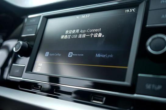 内饰配置方面,全新朗逸Plus最具代表性、也是它能够与其他车型全面拉开差距的,则要数中控多媒体系统。全新朗逸Plus顶配版搭载了8英寸MIB导航多媒体交互系统,不仅支持GPS导航功能,还支持Carlife、Carplay及Mirrorlink手机映射功能,能够与市面上绝大多数智能手机进行智能互联,显着提升了车内娱乐水平。