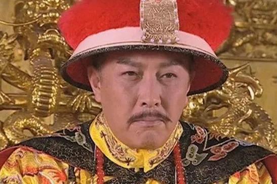 扮皇帝最像的演员,叁次坎坷婚姻终得福气,当今越老越拥有魅力