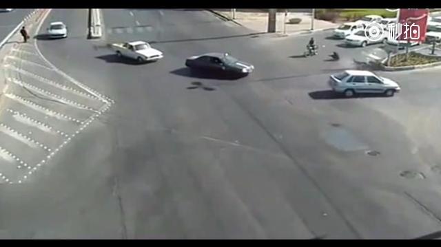摩托车闯红灯被撞飞,落地后的一个动作让现场鸦雀无声