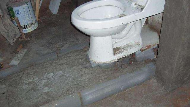 一楼马桶移位_马桶移位,师傅说在楼板打洞挪一下!邻居大骂:移位器不