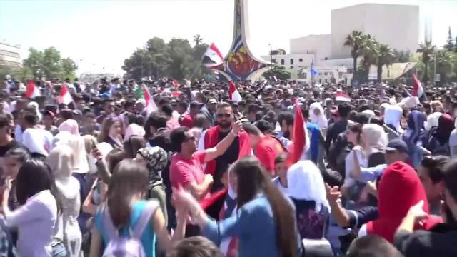 """大马士革数万民众在广场,抗议""""美军轰炸叙利亚""""  ?"""