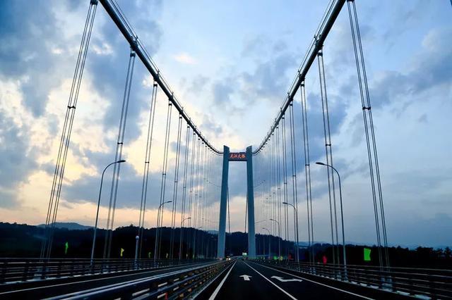 龙江大桥一头连着魏魏高黎贡山,一头连着极边腾冲,一带一路,直通缅甸.图片