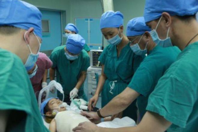 13岁女孩瘦肚子_13岁女孩肚子疼痛,父母将其送到医院,医生让家长先去