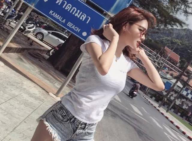 时尚的牛仔短裤,修饰好身材的同时,尽显时尚女生随性不羁的性格